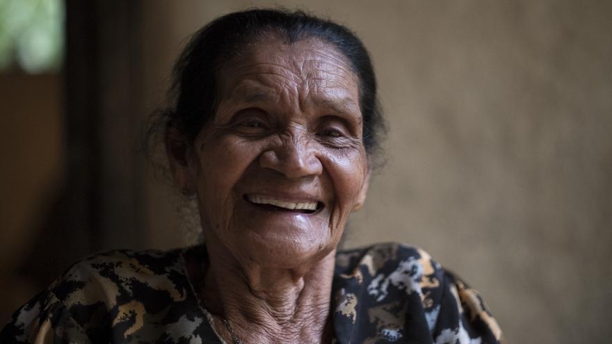 Heriberta Estrada tiene de 78 años y desde hace unos meses cuenta con agua corriente en su hogar. / Pedro Armestre.