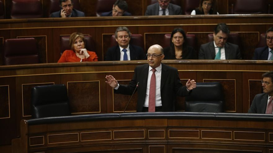 """El PSOE quiere que Montoro explique en el Congreso el """"chantaje"""" de no convocar oposiciones sin Presupuestos"""