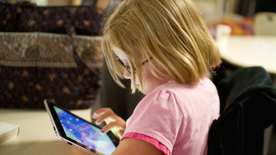 Niña jugando en el iPad