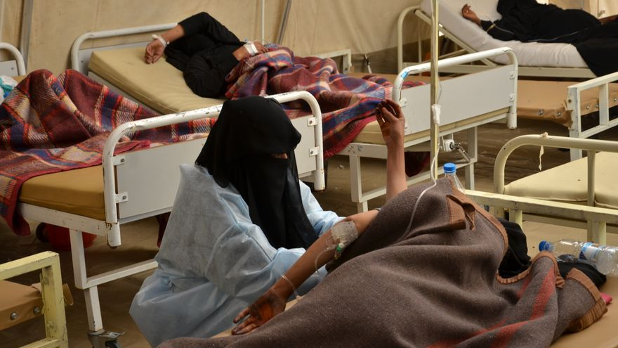Una enfermera de MSF con una mujer mientras controla su presión arterial. Los equipos de MSF en Yemen siguen recibiendo y tratando un creciente número de pacientes con cólera y diarrea acuosa aguda en las gobernaciones de Amran, Hajja, Al-Dhale, Taiz e Ibb.