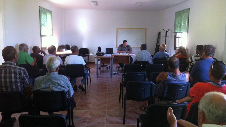 Reunión del consejero de Agricultura, Ganadería y Pesca del Cabildo de La Palma con los apicultores.