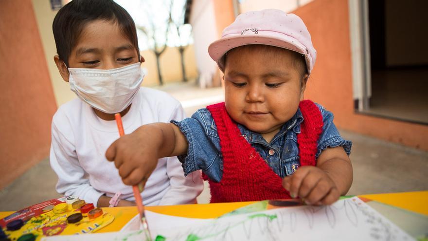 Estrella y Soledad tienen leucemia y reciben tratamiento en el hospital de Oaxaca (México). Sus familias viven en comunidades rurales a varias horas de distancia. Antes, cuando viajaban al hospital, sus padres se veían obligados a dormir a la interperie, debido a la falta de recursos económicos. Ahora, se alojan en el centro AMANC, que les ofrece un lugar donde descansar y la manutención durante los días que sus hijas están internadas. (Salva Campillo/AEA).