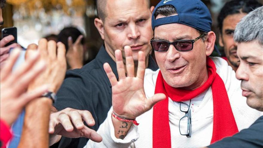 Charlie Sheen, un nuevo famoso con sida, 30 años después de Rock Hudson