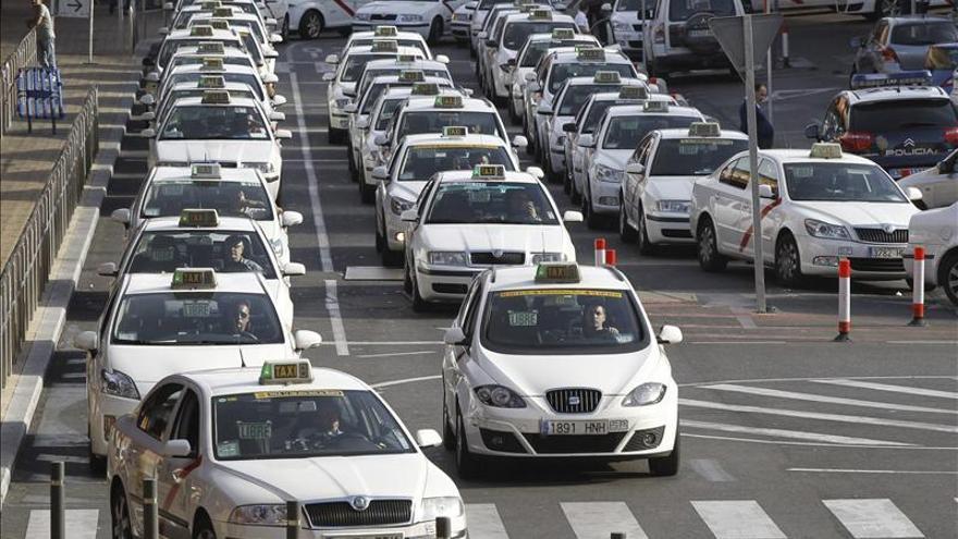 La tarifa fija de 30 euros a Barajas abre la guerra del taxi en Madrid