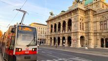 Un tranvía para frente a la Opera de Viena. Los grandes edificios se apelotonan en el Ringstrasse, el boulevard más elegante de la capital vienesa. hpt-photo