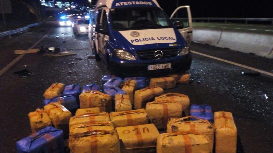 Fardos encontrados en el interior del furgón volcado en Santa Cruz. (POLICÍA LOCAL DE SANTA CRUZ)