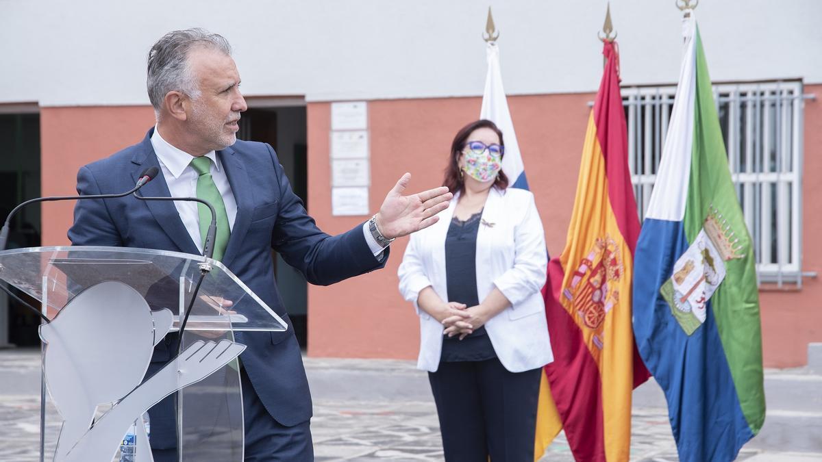 Ángel Víctor Torres, presidente del Gobierno de Canarias,  y Manuela Armas,  consejera de Educación.