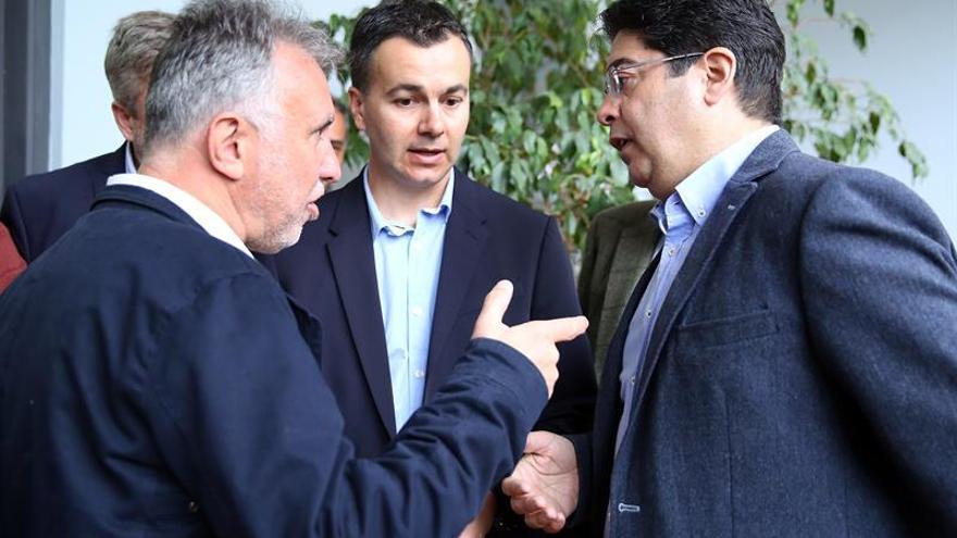 Ángel Víctor Torres (i), junto a Héctor Gómez (c) y Pedro Martín, tras presentar las candidaturas en la Junta Electoral Provincial