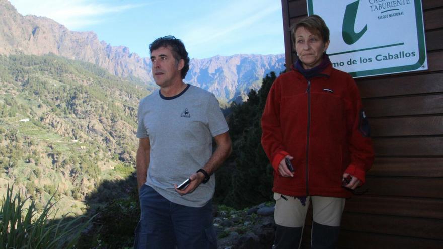 Perico Delgado con una guía del Parque Nacional. Foto: JOSÉ AYUT.