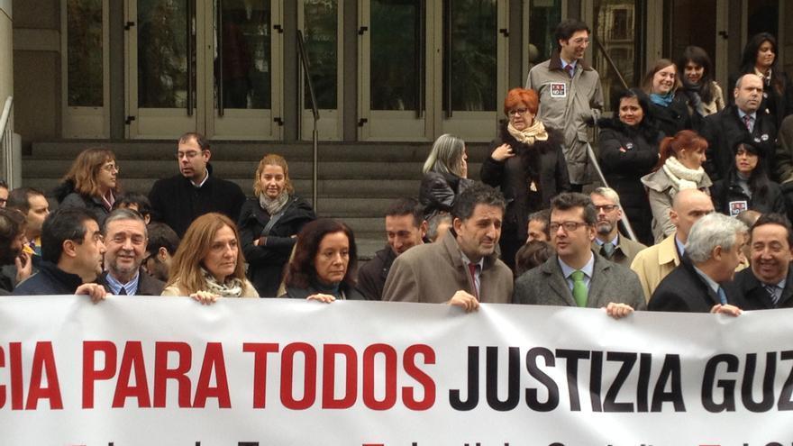 Abogados, jueces y procuradores, en la concentración de este mediodía contra la ley de Tasas. /EDN