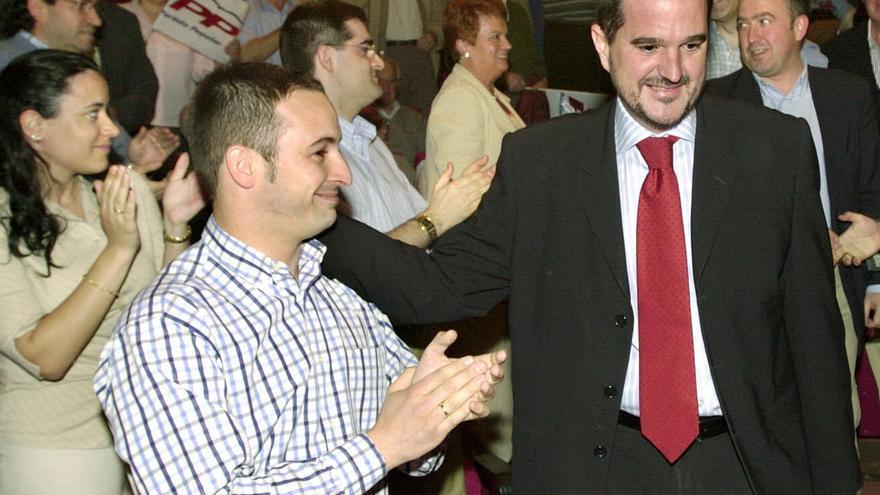 El presidente El presidente del Partido Popular vasco, Carlos Iturgaiz, con corbata, saluda en 2004 a un joven Santiago Abascal, entonces diputado autonómico del PP, en un acto electoral