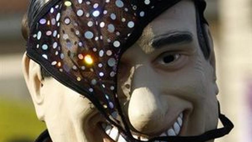 Un manifestante con una careta de Silvio Berlusconi.