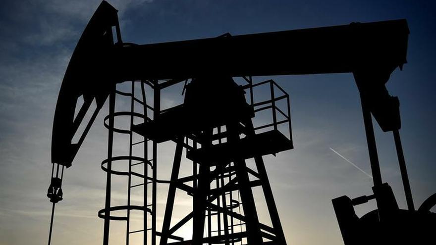 Precio del petróleo cae a 28,70 dólares, valor mínimo en 4 años