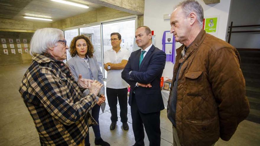 Pepe Dámaso conversa con el alcalde de Las Palmas de Gran Canaria, Augusto Hidalgo, y el concejal de Participación Ciudadana, Sergio Millares, entre otros
