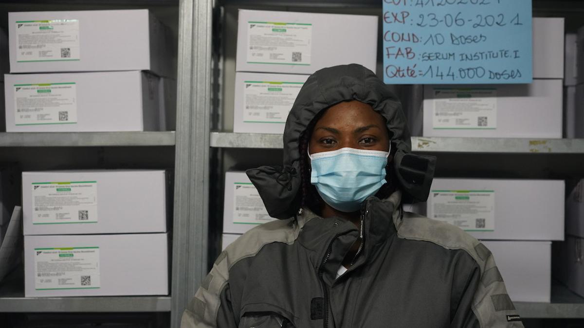 Poco después de que las 504.000 dosis de vacunas COVAX aterrizaran en Costa de Marfil el 26 de febrero de 2021, fueron transportadas a un almacén de cadena de frío en Abiyán.