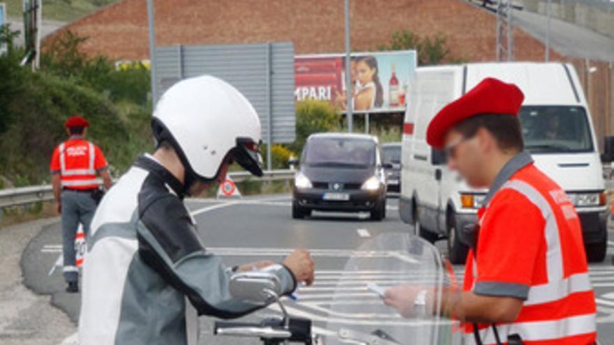 Un agente de la Policía Foral solicita la documentación de un motorista.