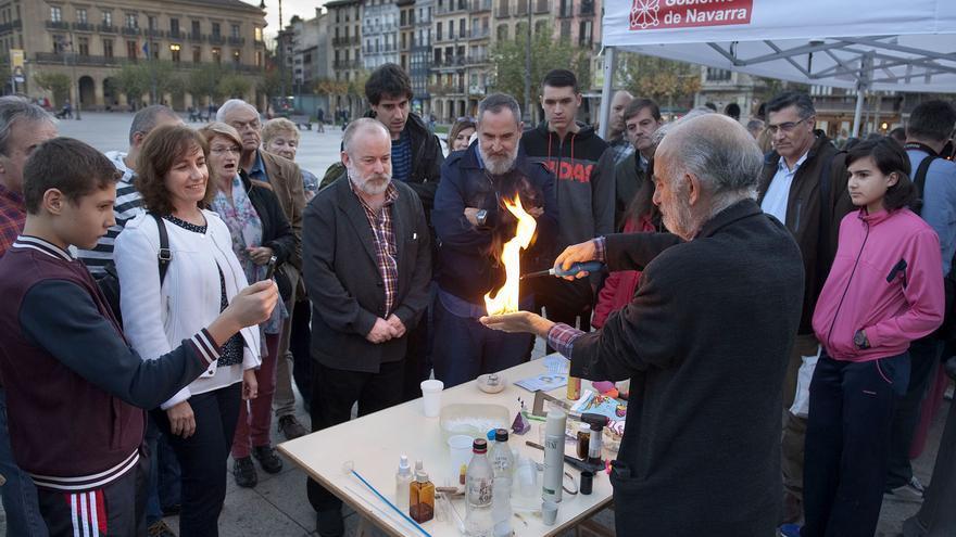 Un momento del acto inaugural de la semana de la ciencia, en la plaza del Castillo de Pamplona.