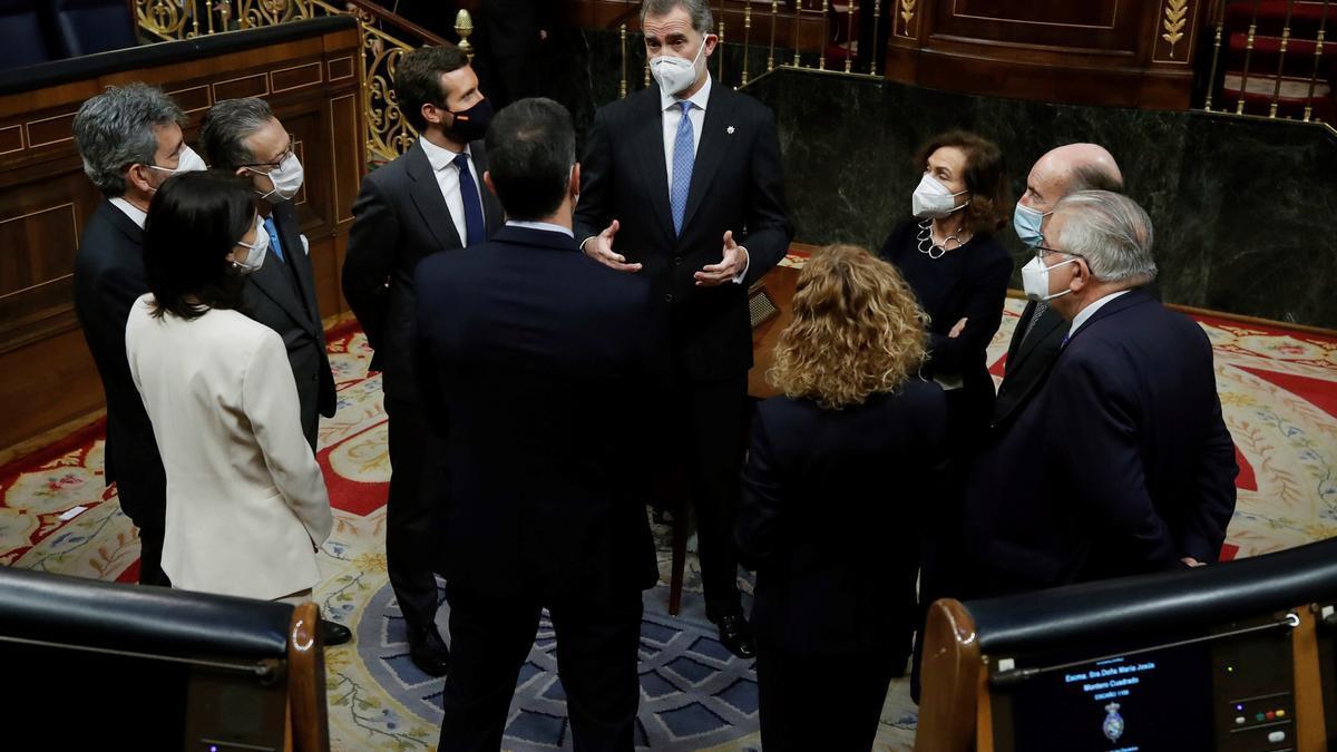 El rey Felipe VI charla con los líderes políticos durante los actos del 23F en el Congreso.