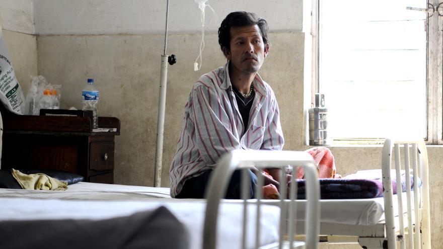 Ram Bahadur Gotami espera en el área de enfermedades infecciosas del Western Regional Hospital de Pokhara a que los médicos le digan cuál es su diagnóstico. Está enfermo de sida y ha llegado en una fase clínica 3, con lo que será difícil que salve su vida./Zigor Aldama