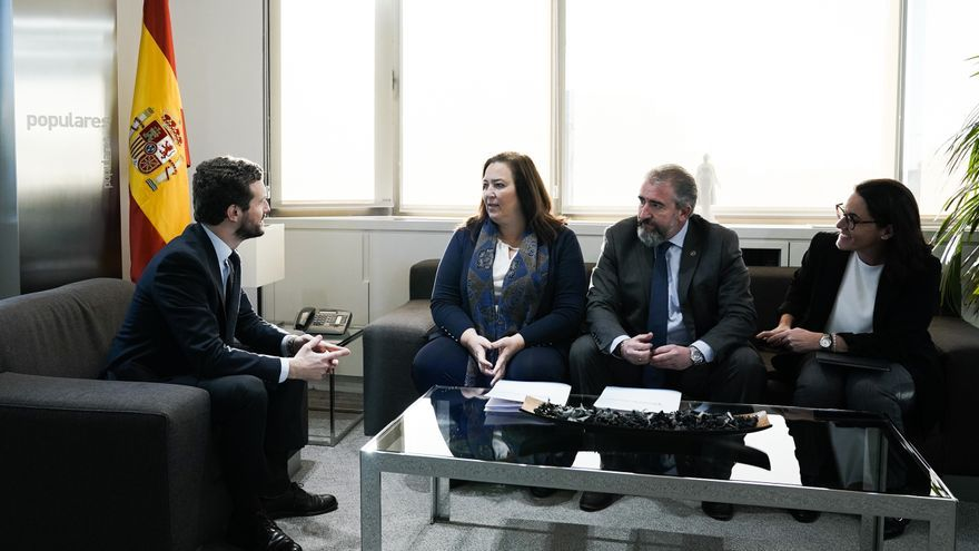 Pablo Casado, este jueves, junto a la presidenta de la AVT, Maite Araluce, y otros miembros de la organización de víctimas.