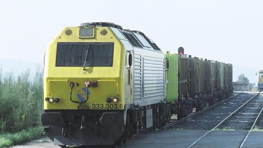 Tren transportando residuos a la planta de Sogama