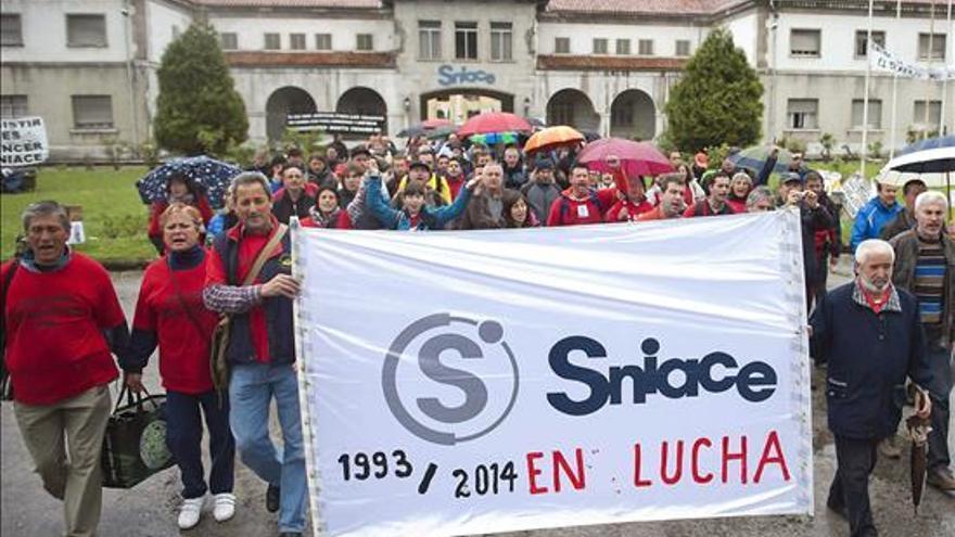 Protesta de la plantilla de Sniace en la fábrica de Torrelavega.   EFE