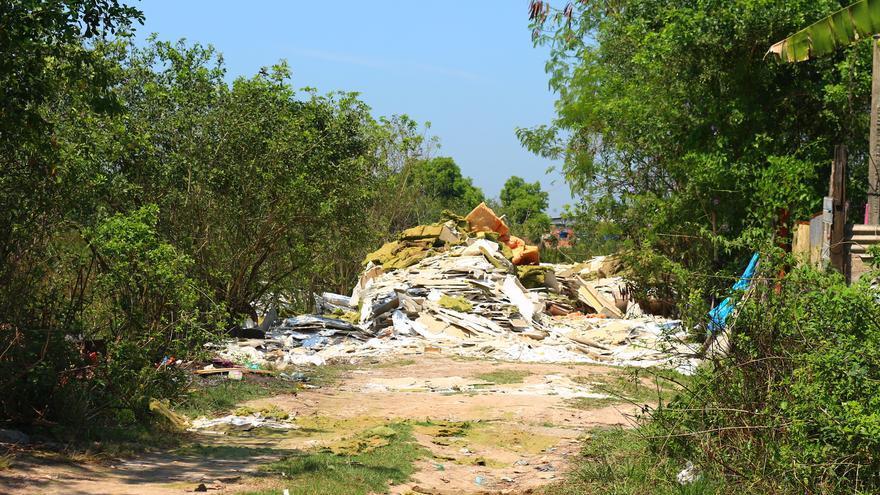 Residuos transportados por los camiones de las milicias para construir en la zona.