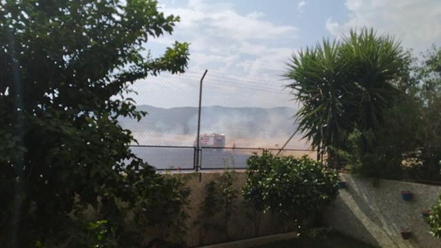 Un nuevo incendio de pastos amenaza a las viviendas de Miralbaida