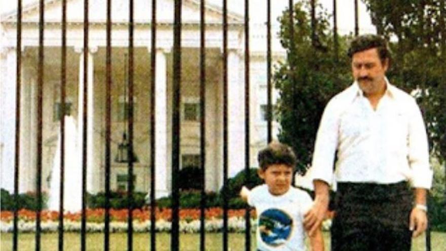 Pablo Escobar y su hijo, frente a la Casa Blanca.