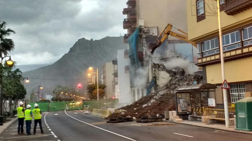 En la imagen, momento en que cae la fachada de la Avenida Marítima. Foto: JOSÉ F. AROZENA.