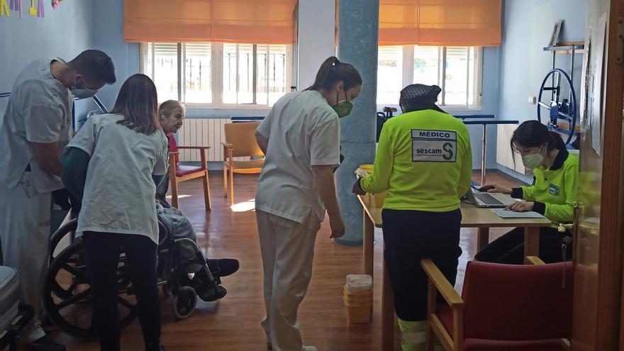 Castilla-La Mancha habrá vacunado a finales de semana a 20.000 sanitarios y ha concluido la primera fase en residencias