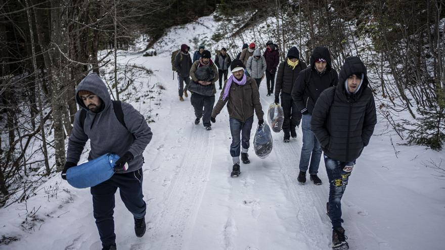 Un grupo de jóvenes afganos caminando por las montañas bosnias a pocos kilómetros de la frontera con Croacia