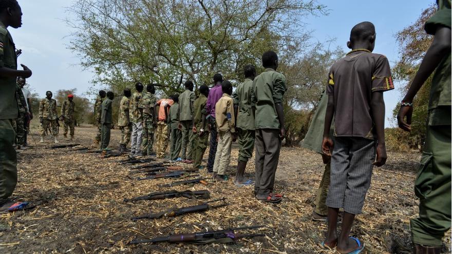 Ceremonia de liberación de 300 niños soldados en Sudán del Sur, el pasado 10 de febrero, en la que los menores se desprenden de sus armas. / Sebastian Rich (Unicef).