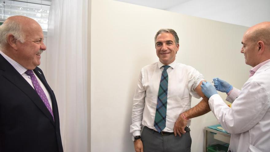 El consejero de Presidencia, Elías Bendodo, y el titular de Salud, Jesús Aguirre se han vacunado este lunes de la gripe para incentivar a los andaluces a hacerlo.