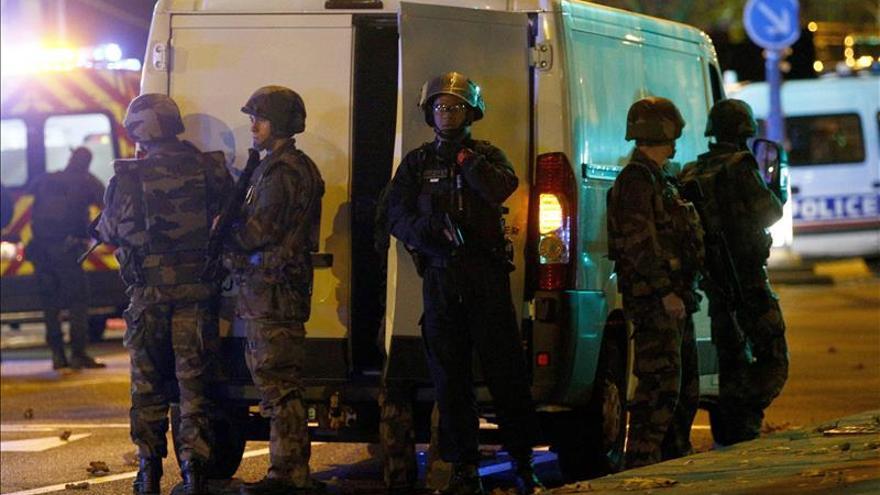 Cierran centros escolares y líneas del metro de París por los atentados