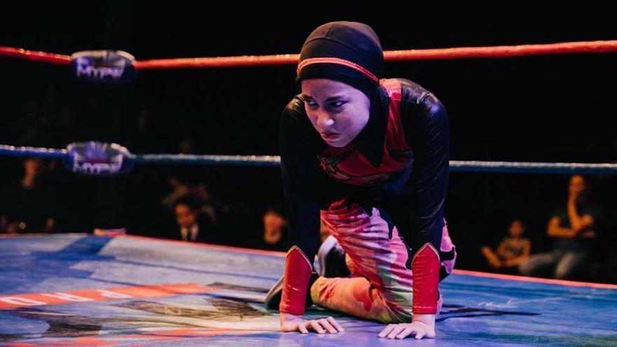 Nor Diana, conocida como Phoenix, es la joven malasia con hiyab que ha ganado el torneo de lucha libre más importante del país.