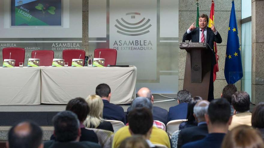 Fernández Vara en la asamblea de los grupos locales