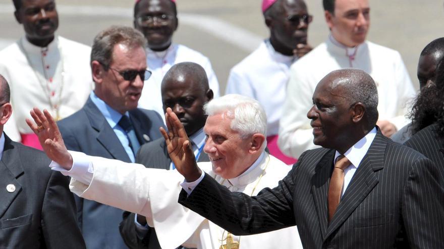 Joseph Ratzinger saluda al entonces presidente de Angola, José Eduardo dos Santos, a su llegada al aeropuerto de Luanda el 20 de marzo de 2009. EFE