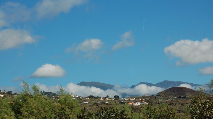 El cielo con pocas nubes en el municipio de Villa de Mazo.