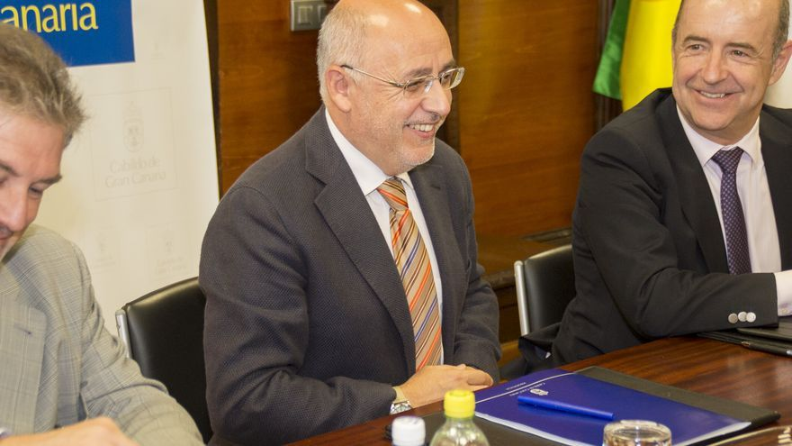 El consejero regional de Economía y Industria, Pedro Ortega (d), junto al presidente del Cabildo de Gran Canaria (c) Antonio Morales.