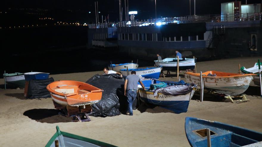 Dos personas preparan su refugio en La Puntilla.