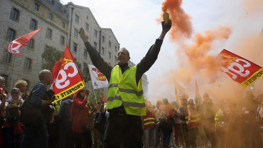 Las revueltas sindicales, como esta manifestación de este jueves en Marsella, acorralan al presidente François Hollande