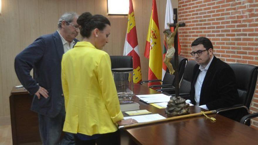La concejal del PSOE en Macotera (Salamanca), Irene Hernández, cuando tomó posesión de su cargo. Foto: salamancartvaldia.es