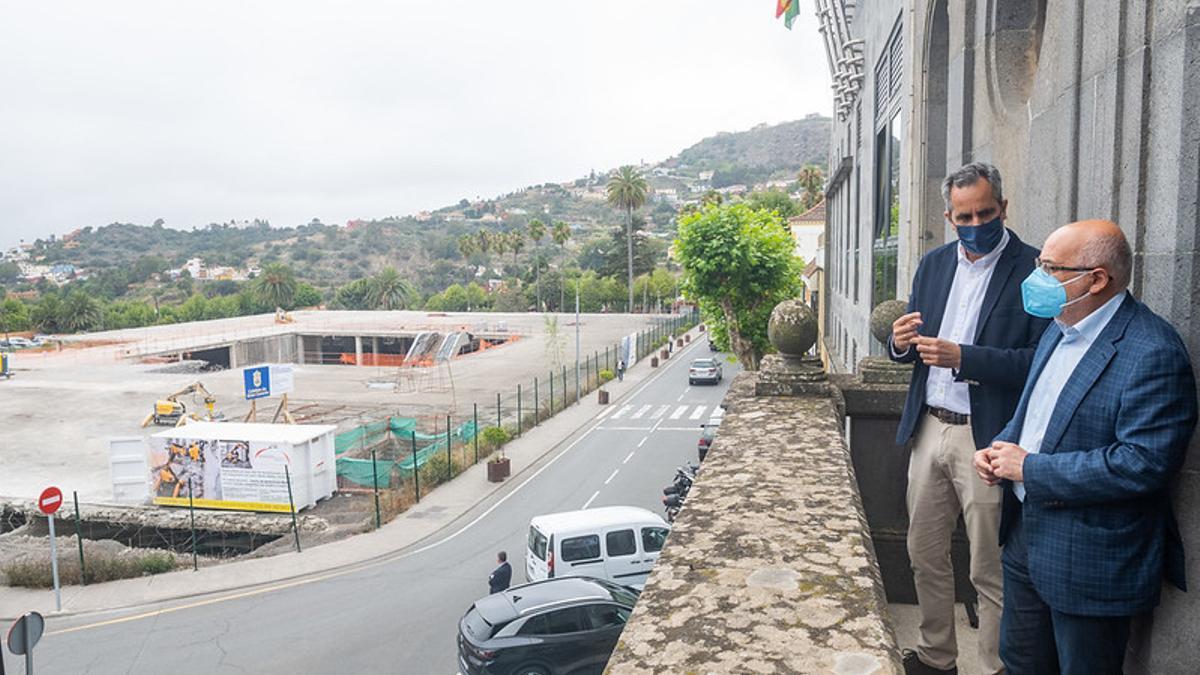 El presidente del Cabildo de Gran Canaria, Antonio Morales, y el alcalde de Santa Brígida, Miguel Jorge Blanco, desde el balcón del Consistorio mantienen un encuentro sobre los proyectos que reemplazarán al mamotreto.