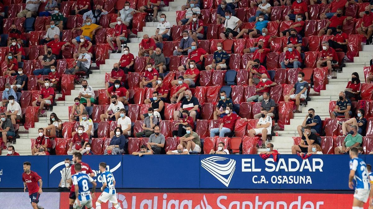Público, con mascarillas y distancia, en el estadio de El Sadar de Pamplona