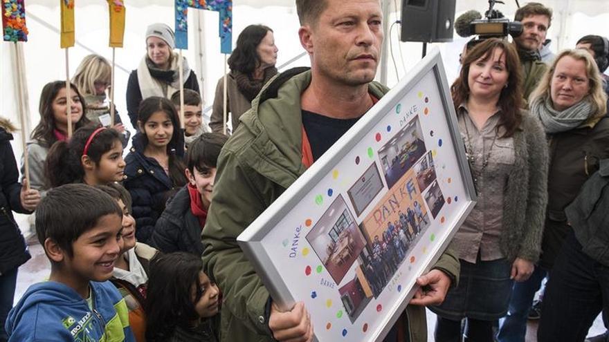 El actor alemán Til Schweiger inaugura una guardería para refugiados en Alemania