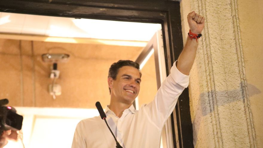 Pedro Sánchez asomado al balcón en la sede de Ferraz tras vencer en las primarias