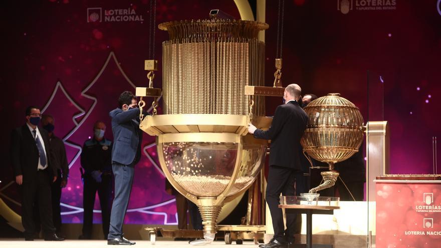 Prueba de las bolas del bombo antes de comenzar la celebración del Sorteo Extraordinario de la Lotería de Navidad 2020 en el Teatro Real de Madrid.