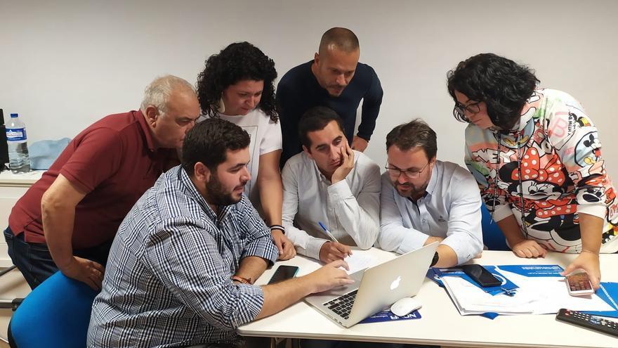 Borja Pérez (c) sigue los resultados en la sede del PP.