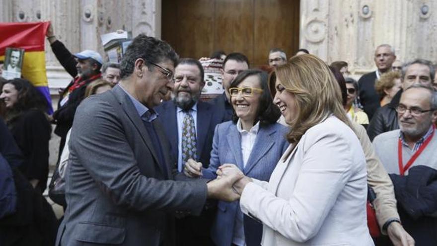 Diego Valderas y Susana Díaz, junto a Rosa Aguilar, el día que se aprobó la Ley andaluza de Memoria.